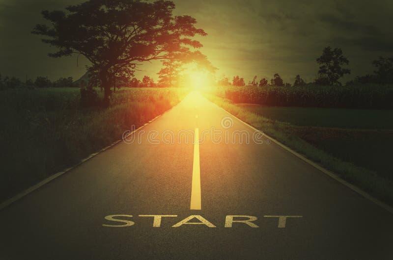 Konceptualny wizerunek z teksta słowa początkiem na asfaltowej drodze zdjęcia stock
