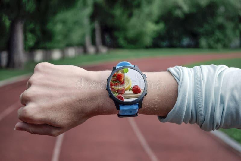 Konceptualny wizerunek zdrowa dieta, ręka z zegarowym zakończeniem w górę strzał i zamiast owoc obrazy stock