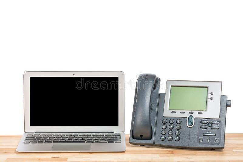 Konceptualny workspace lub biznesowego biura pojęcie Laptop z nowożytnym IP brusem na lekkim drewnianym stole Odosobniony tło zdjęcie stock
