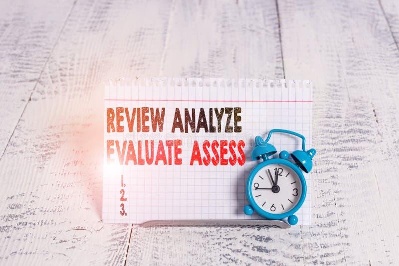 Konceptuell handskrift som visar Granskningsanalys Utvärdera utvärdering Utvärdering av prestanda royaltyfria bilder