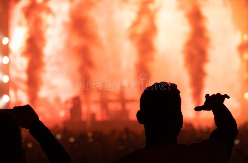 Koncert i sylwetek ludzie Ciemny tło, dym, koncertowy s zdjęcia royalty free