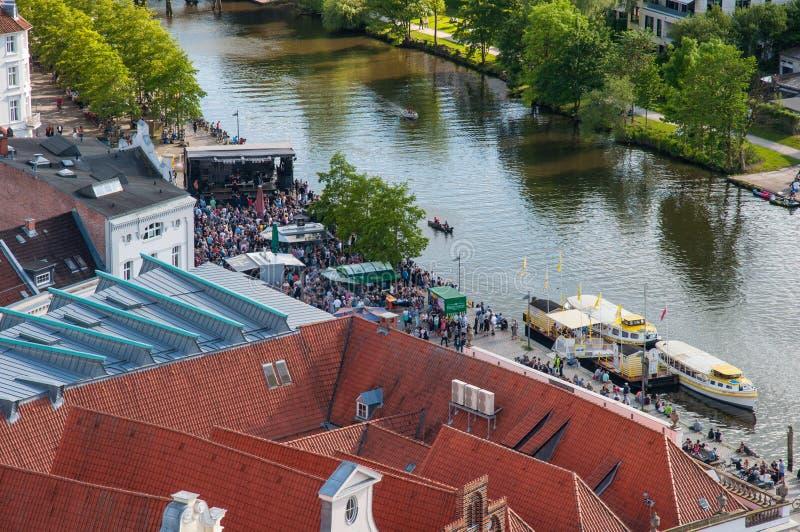 Koncert na bankach mostownicy rzeka zdjęcia royalty free