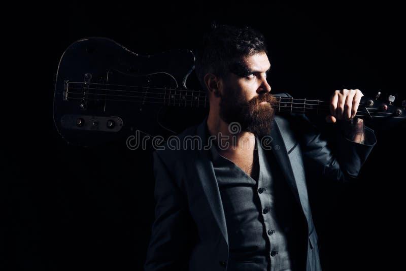 Koncertowy pojęcie Rockowy lub punkowy muzyka koncert Brodaty mężczyzna z gitarą dawać koncertowi Hipser z instrumentem muzycznym fotografia royalty free
