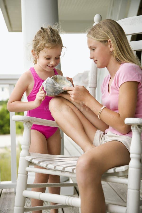 konchy łuski pokazuje dziewczyny zdjęcie stock