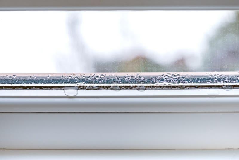 Kondensation på tvåglasfönster för fönster för exponeringsglascloseuppvc arkivbilder