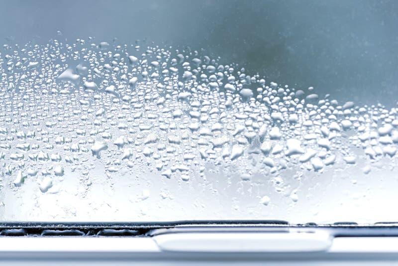 Kondensation på tvåglasfönster för fönster för exponeringsglascloseuppvc arkivfoto