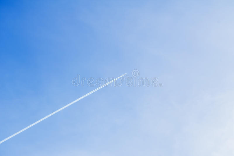 Kondensationsbahn des Flugzeuges hoch fliegend gegen in klaren blauen Himmel Mit Platz für Ihren Text für modernen Hintergrund stockbilder