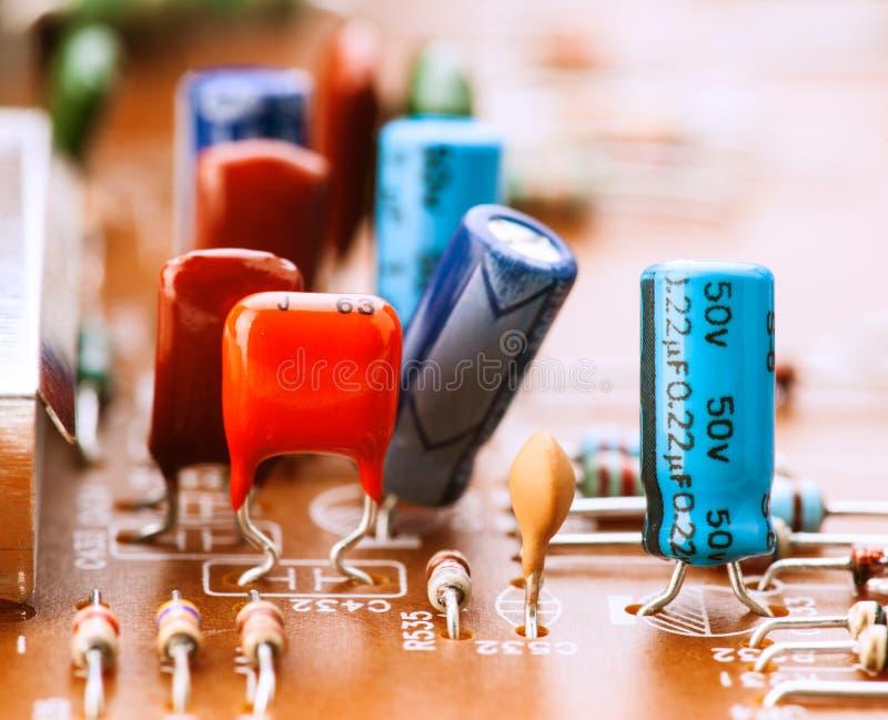 Kondensatoren, Widerstände und andere elektronische Bauelemente stockfotografie