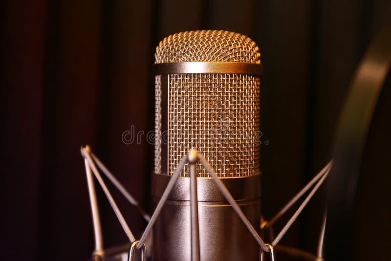 Kondensatorowy mikrofon w nowożytnym studio nagrań zdjęcia royalty free