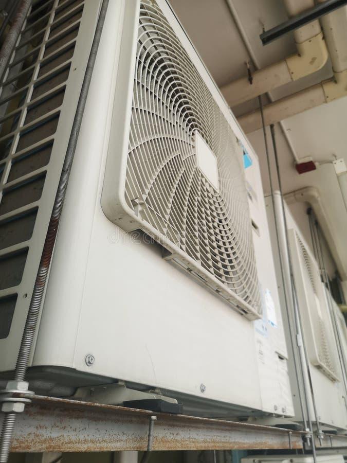 Kondensera kompressorn för enhetsluftvillkor fotografering för bildbyråer