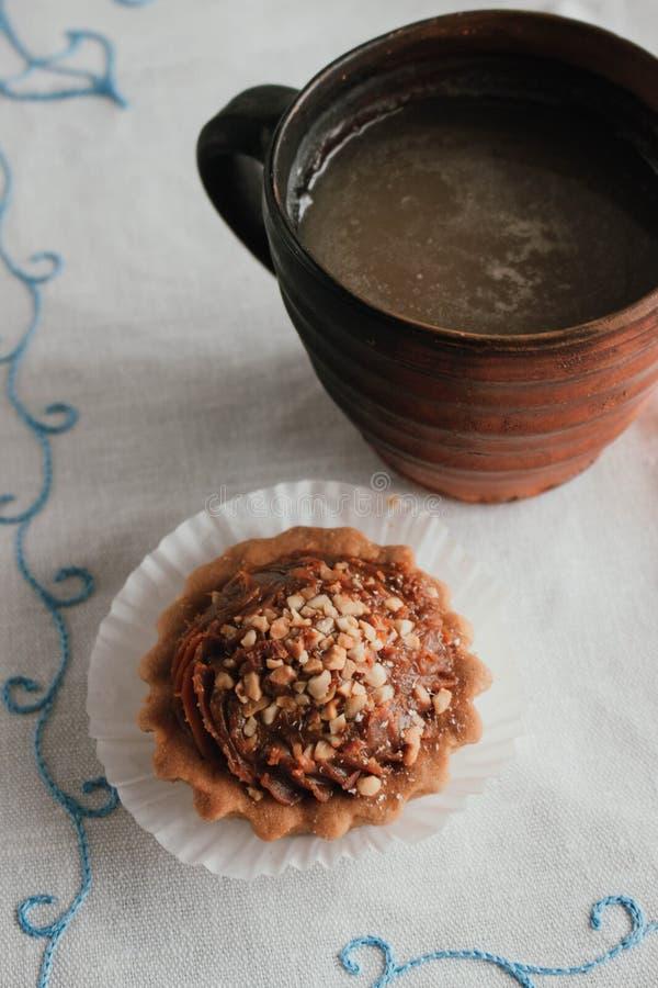 Kondenserade Shortcakekorgar med valnötter och mjölkar Ryskt utforma Hemlagad bakning på en vit servett Efterrätt - kex med arkivbilder
