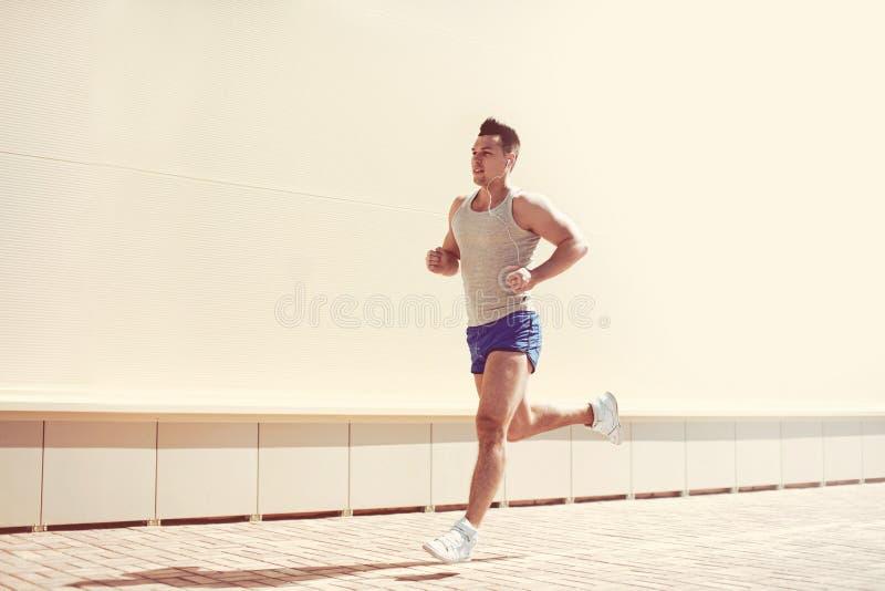 Kondition genomkörare, sport, livsstilbegrepp - idrottsmanspring arkivbilder