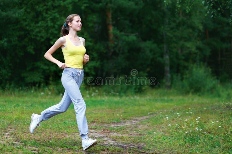 Kondition genomkörare, sport, livsstilbegrepp - kvinnaspring royaltyfri bild