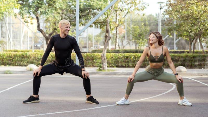 Kondition och jogga Attraktivt öva för kvinna som och för man är utomhus- royaltyfri bild