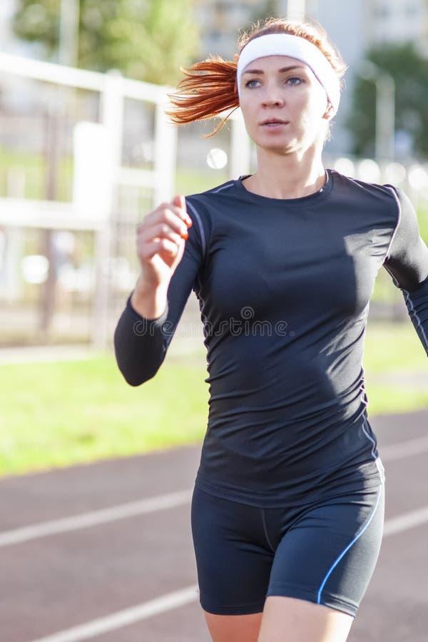 Kondition och sunda livsstilbegrepp Kvinnlig idrottsman nen Having Running Exercise utomhus royaltyfri foto