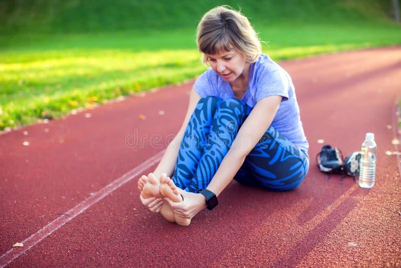 Kondition, sport, öva och sunt livsstilbegrepp - barn royaltyfria bilder