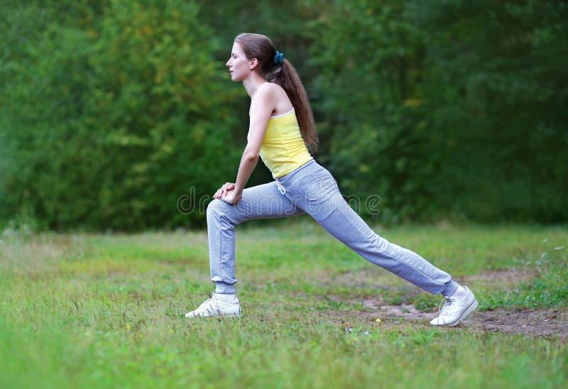 Kondition sport, övning, genomkörarebegrepp - kvinna som gör övning royaltyfria foton