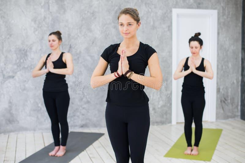 Kondition, sport, yoga och sunt livsstilbegrepp Stäng sig upp av folk som mediterar att stå på ett ben arkivfoto