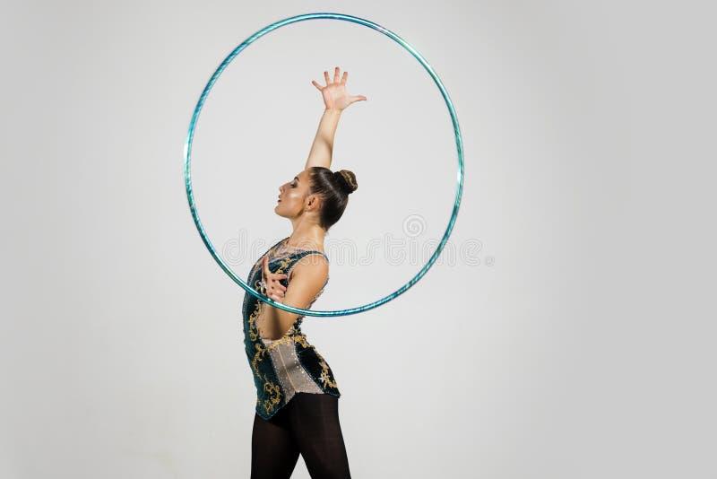 Konditionaktivitet och sund livsstil kvinna som gör övning med hulabeslaget royaltyfri bild