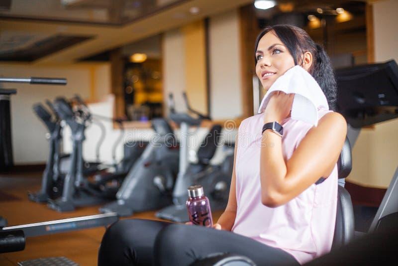 Konditionflickagenomkörare i idrottshallen Övningar för kvinnor, kroppsbyggaredrev, sportlivsstil royaltyfria foton