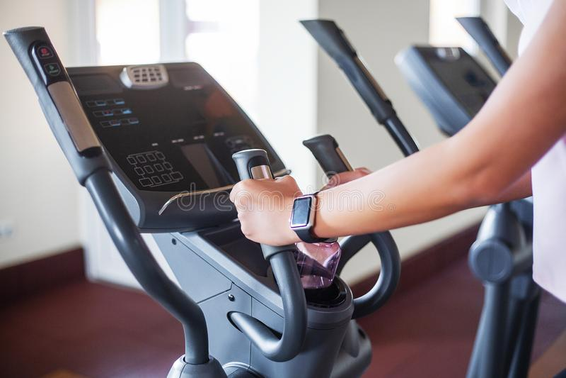 Konditionflickagenomkörare i idrottshallen Övningar för kvinnor, kroppsbyggaredrev, sportlivsstil arkivfoton