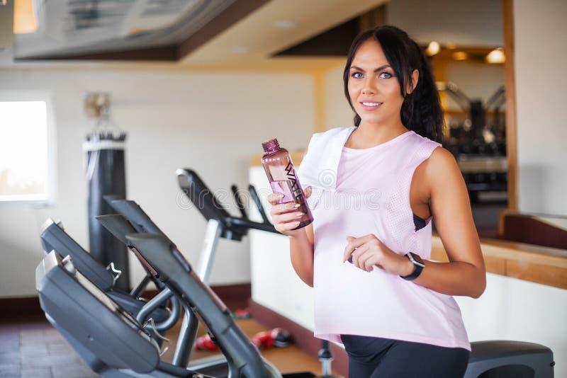 Konditionflickagenomkörare i idrottshallen Övningar för kvinnor, kroppsbyggaredrev, sportlivsstil arkivfoto