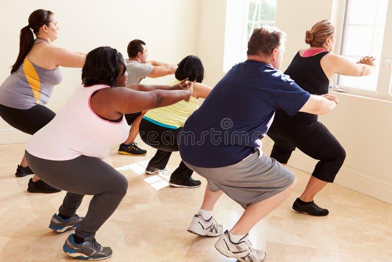 Konditioninstruktör In Exercise Class för överviktigt folk royaltyfria foton