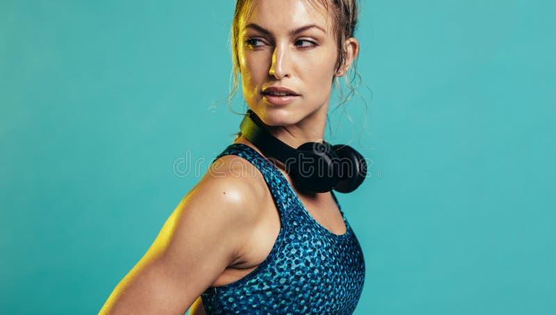 Konditionkvinna i sportswear royaltyfri foto