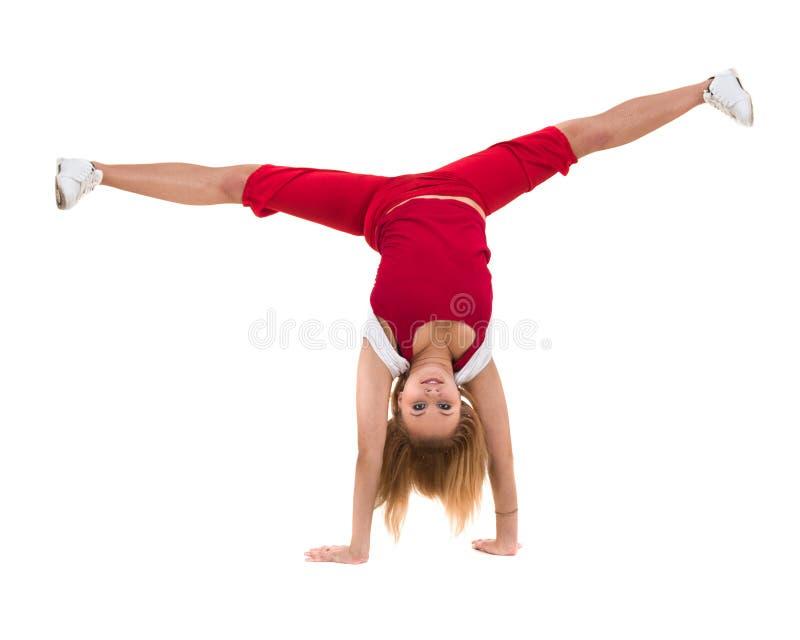 Konditionkvinna som gör övningar som isoleras på oavkortad längd för vit bakgrund arkivfoton