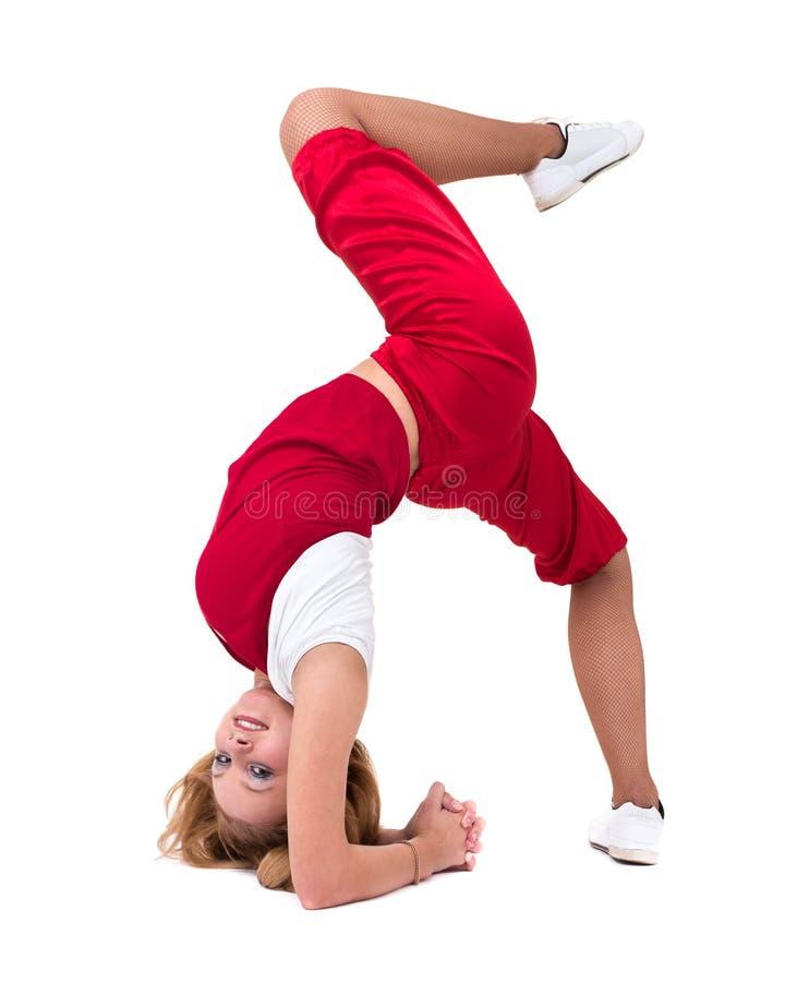 Konditionkvinna som gör övningar som isoleras på oavkortad längd för vit bakgrund royaltyfri fotografi