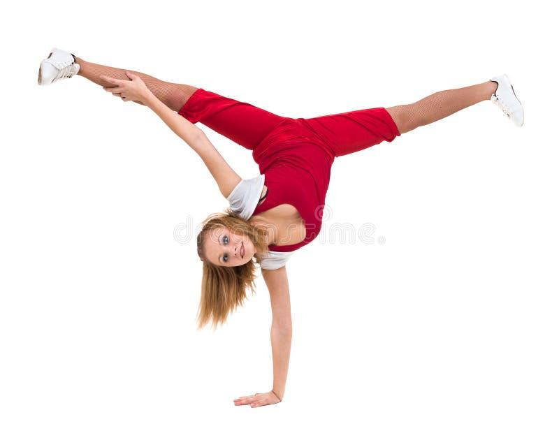 Konditionkvinna som gör övningar som isoleras på oavkortad längd för vit bakgrund arkivfoto