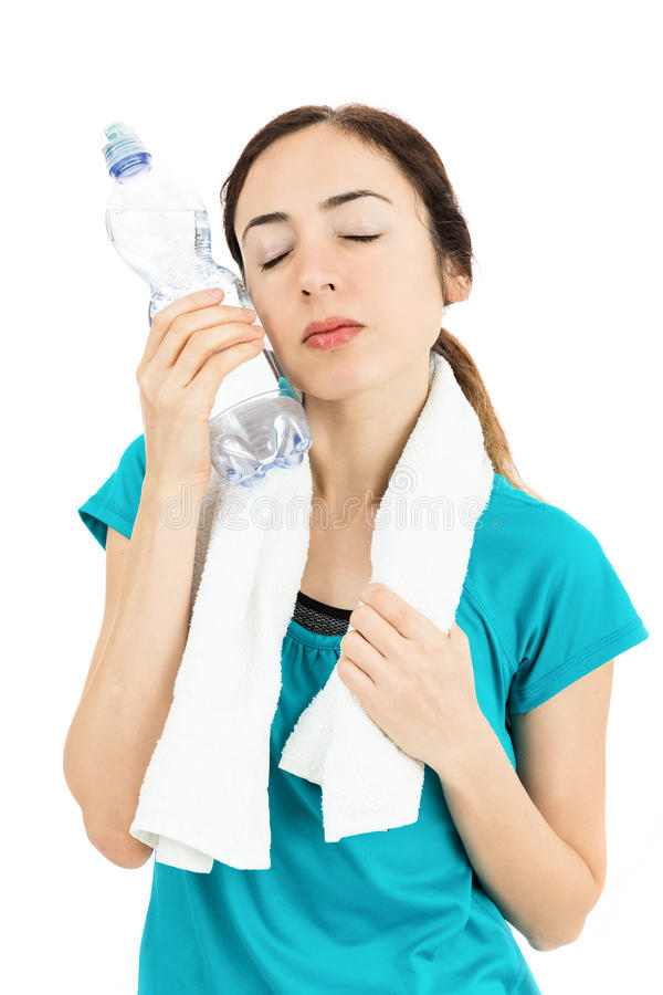 Konditionkvinna som kyler sig med en flaska av kallt vatten arkivfoton