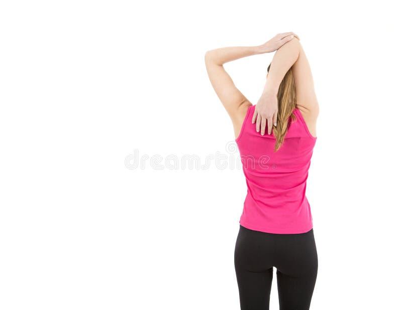 Konditionkvinna som sträcker hennes skuldror fotografering för bildbyråer