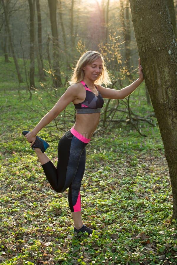 Konditionkvinna, ung härlig sportive flicka som förbereder sig att köra royaltyfria foton