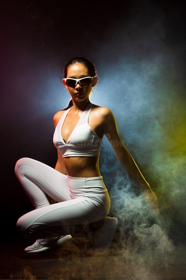 Konditionkvinnan, flicka kan göra starkt arkivfoto