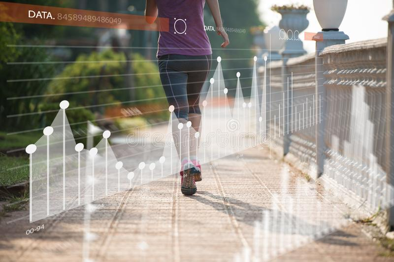 Konditionkvinnautbildning och att jogga i sommar parkerar royaltyfri bild