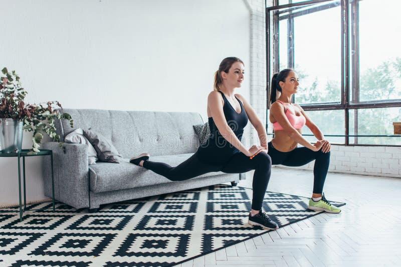 Konditionkvinnor som gör det främre ett benmomentutfallet, övar framåtriktat genomkörare royaltyfri foto