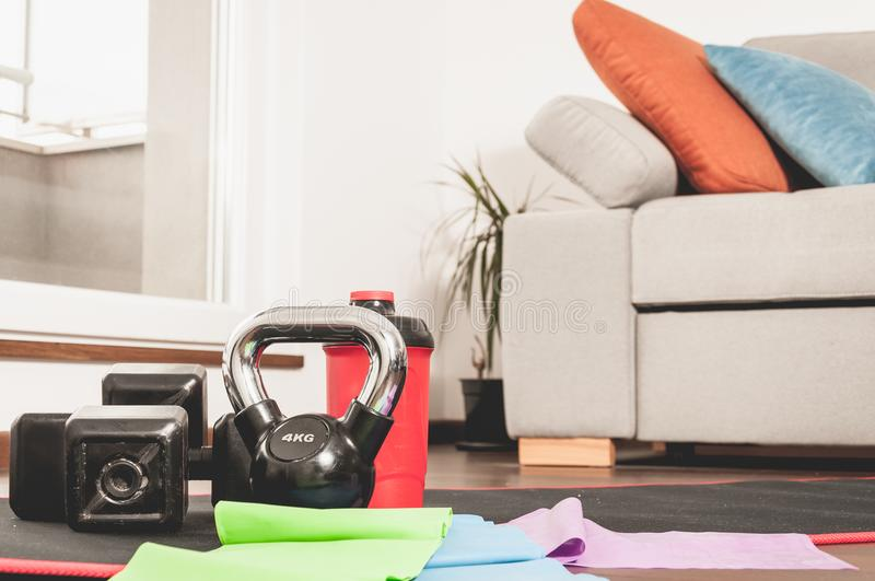 Konditionutrustning för kvinna i hemmet för hem- genomkörare arkivfoto