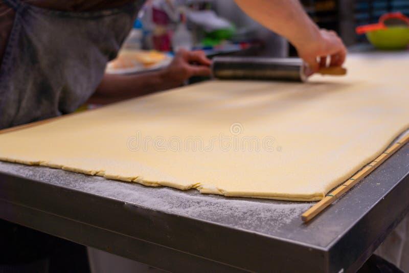 Konditor arbetar smördegdegen, hantverkaren, gourmet arkivfoto