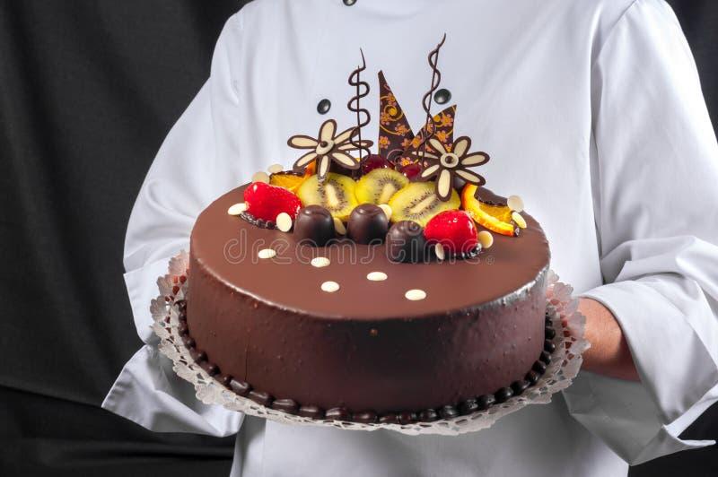 Download Konditor und ein Kuchen stockbild. Bild von mann, geschenk - 26364635