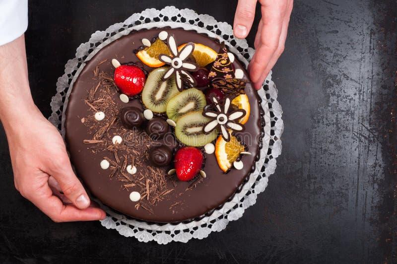 Download Konditor und seiner Kuchen stockfoto. Bild von bake, sahne - 26364948