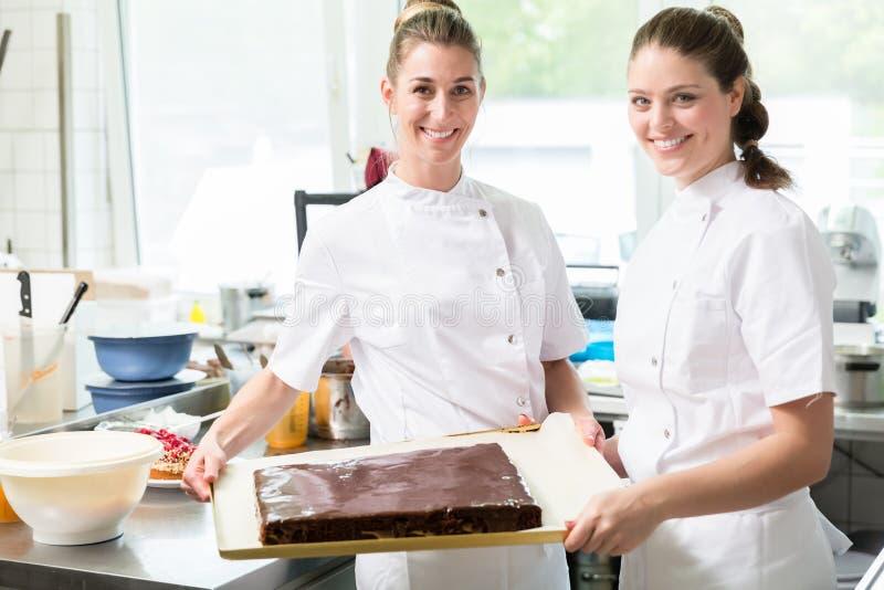 Konditoren oder Gebäckhersteller, die Torten und Kuchen backen stockfotos