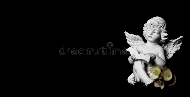 Kondolencje karta z opiekunu aniołem na czarnym tle fotografia royalty free
