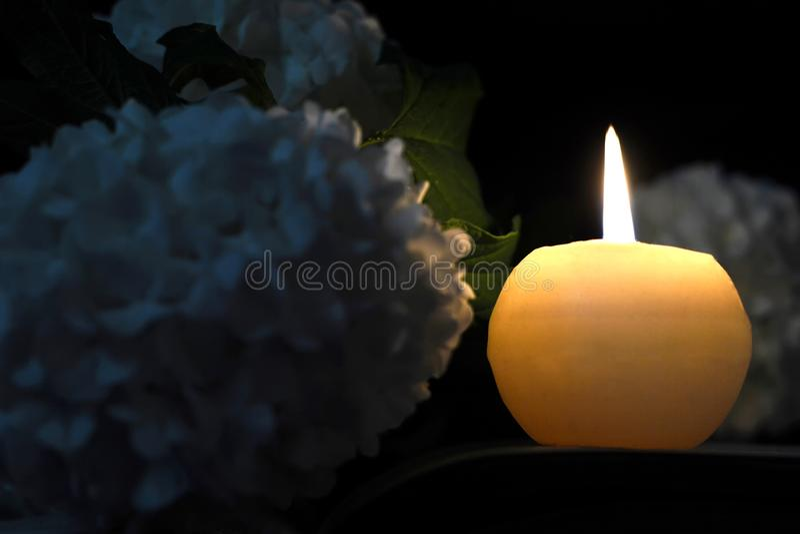 Kondolencje karta z pamiątkową świeczką i białymi kwiatami zdjęcie stock