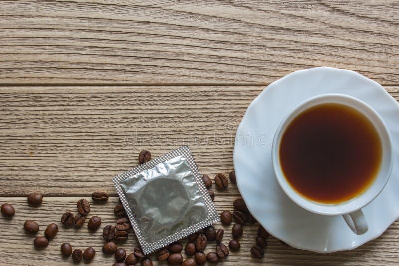 Kondom och en kopp kaffe royaltyfri foto