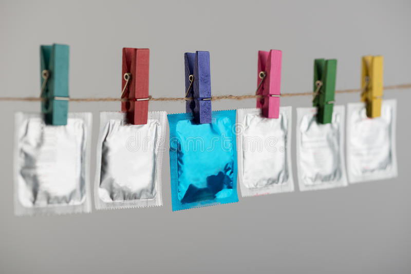 Kondome, die am Seil hängen stockfoto