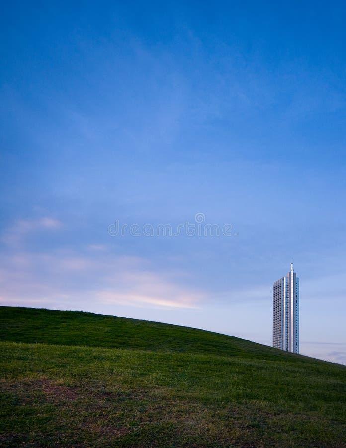 Kondominium, das aus Hügel heraus erscheint stockfotografie