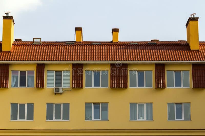 Kondominium lub nowożytny budynek mieszkaniowy z symetryczną architekturą w miasta śródmieściu Nieruchomość rozwój i miastowy gro fotografia stock