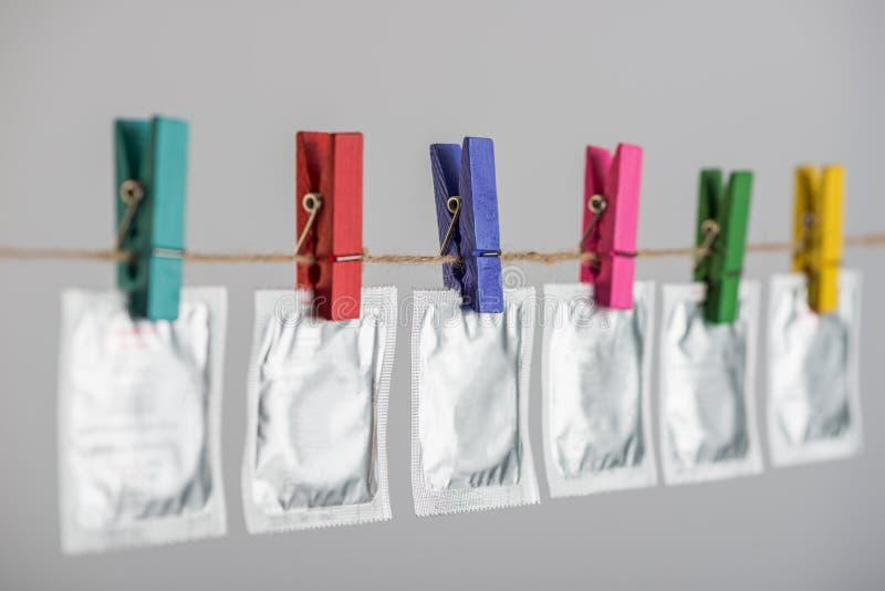 Kondomy wiesza na arkanie zdjęcie royalty free