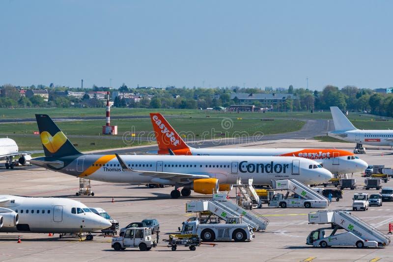 Kondor- och Easyjet flygplan på den Berlin Tegel flygplatsen royaltyfri bild